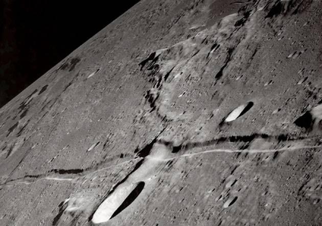 عجائب عالم الفضاء split_moon_12202006.jpg
